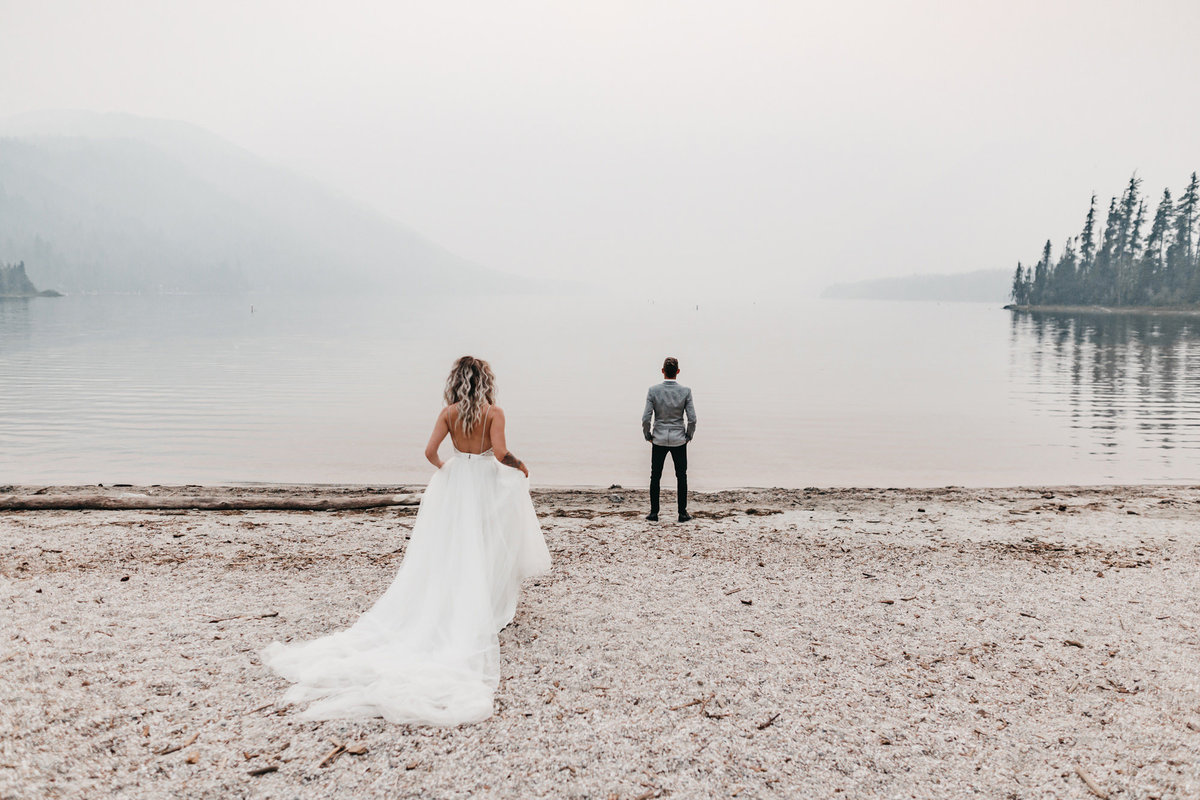 athena-and-camron-sara-truvelle-bridal-wenatchee-elopement-intimate-1-first-look