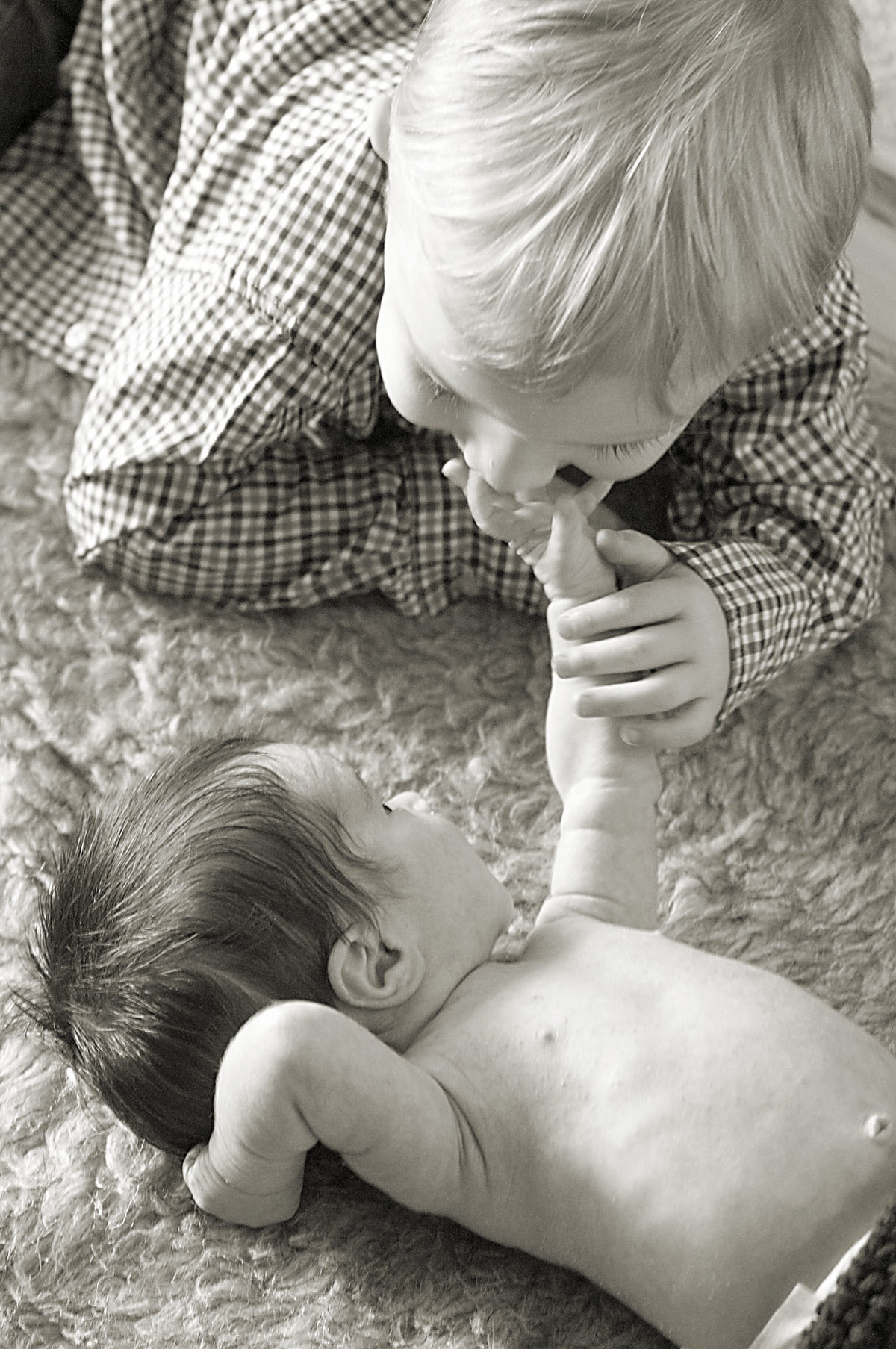 Touching sibling newborn photoshoot | One Shot Beyond Photography