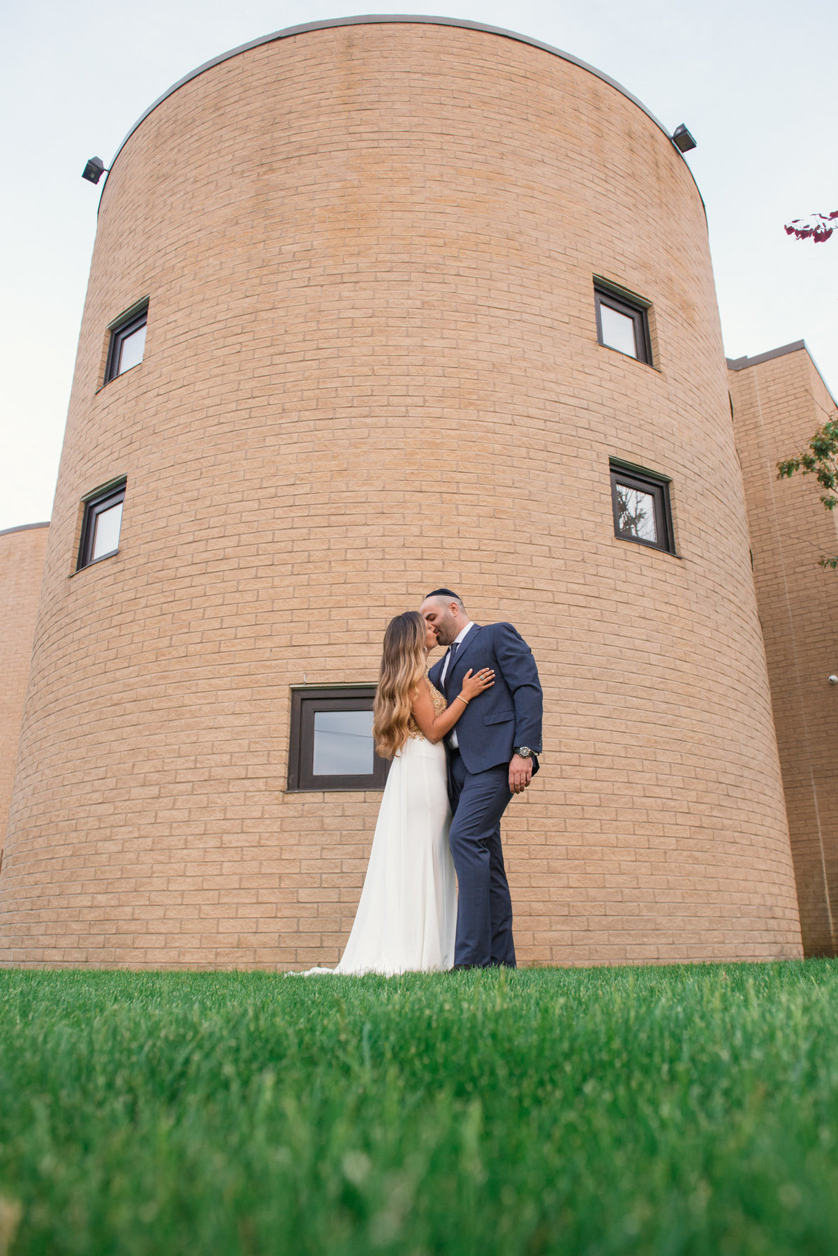 bride and groom kissing photo outside the Sephardic Temple