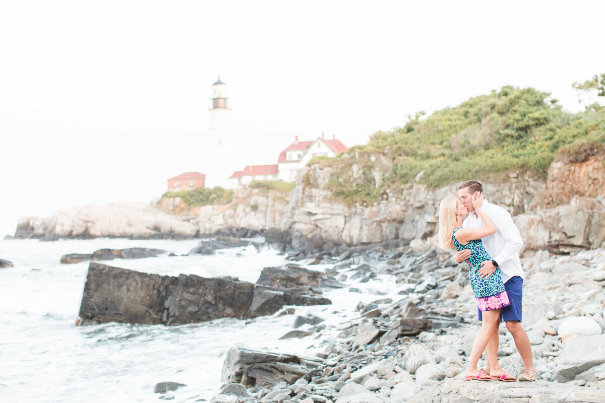 couple kissing at Fort Williams Lighthouse in Maine