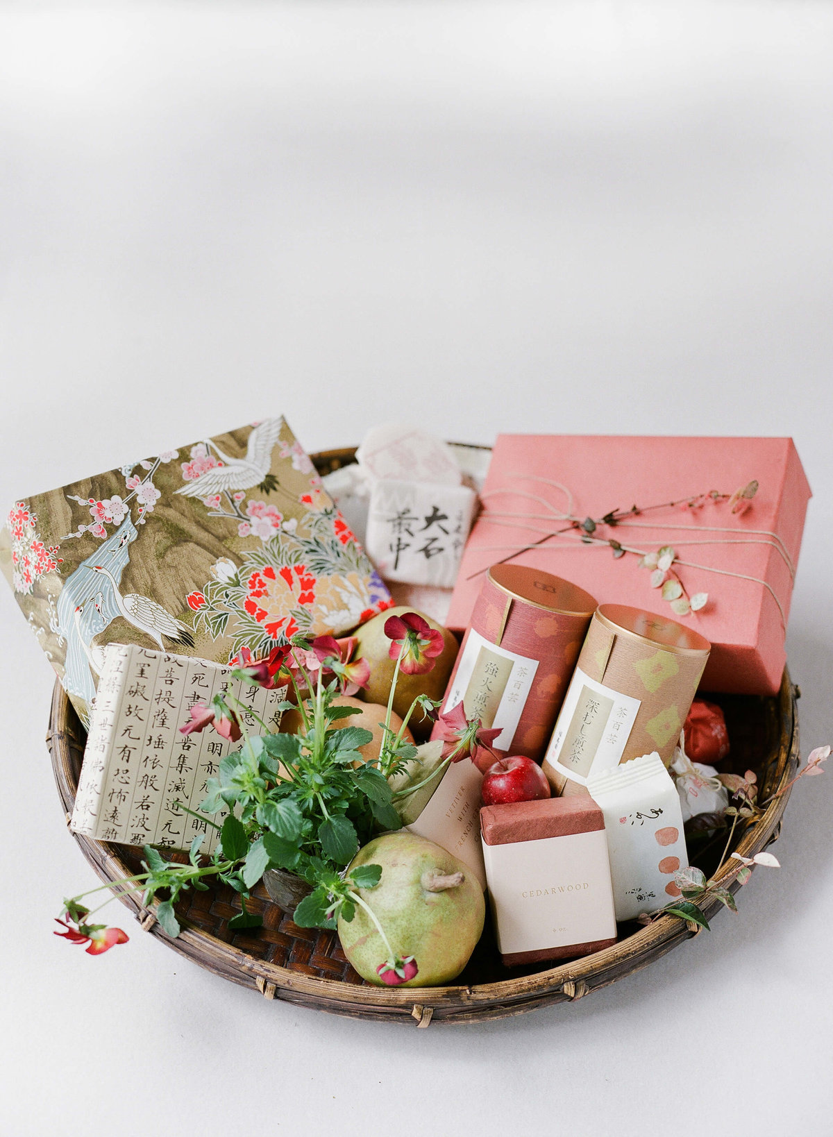 4-KTMerry-weddings-welcome-basket-japan
