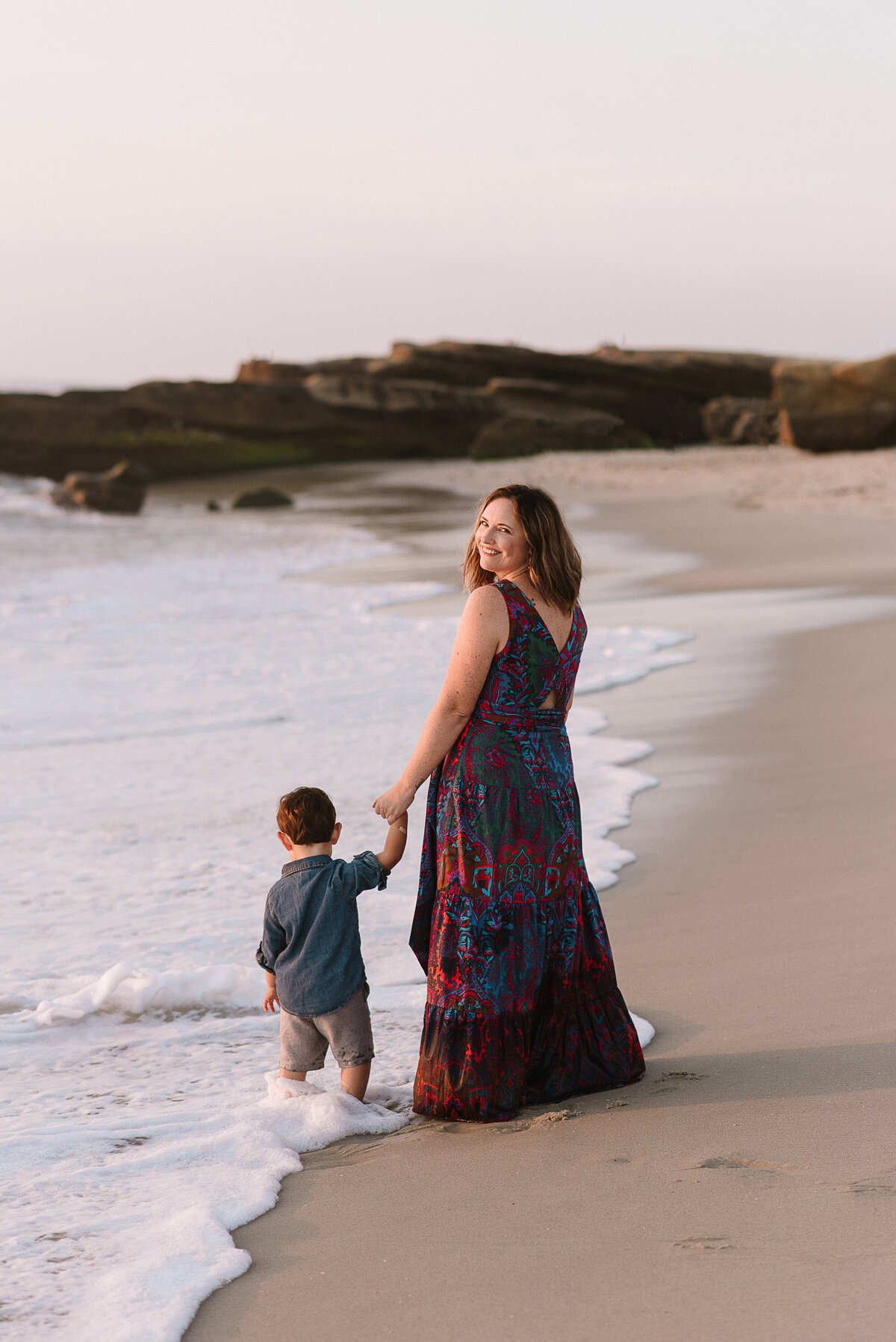 La Jolla Family Photographer-mom over the shoulder 71