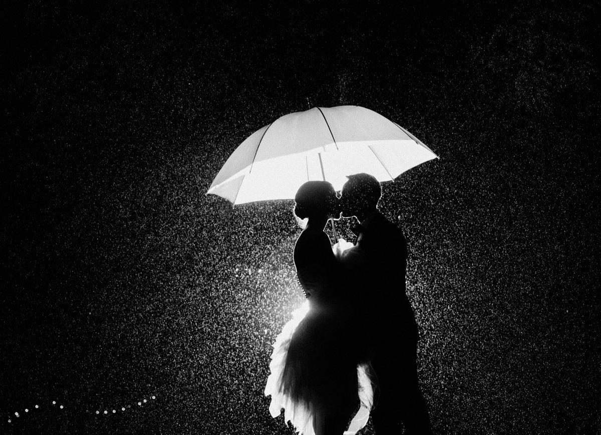 rain shot night shot creative rainy wedding photography dramatic light black and white love kiss