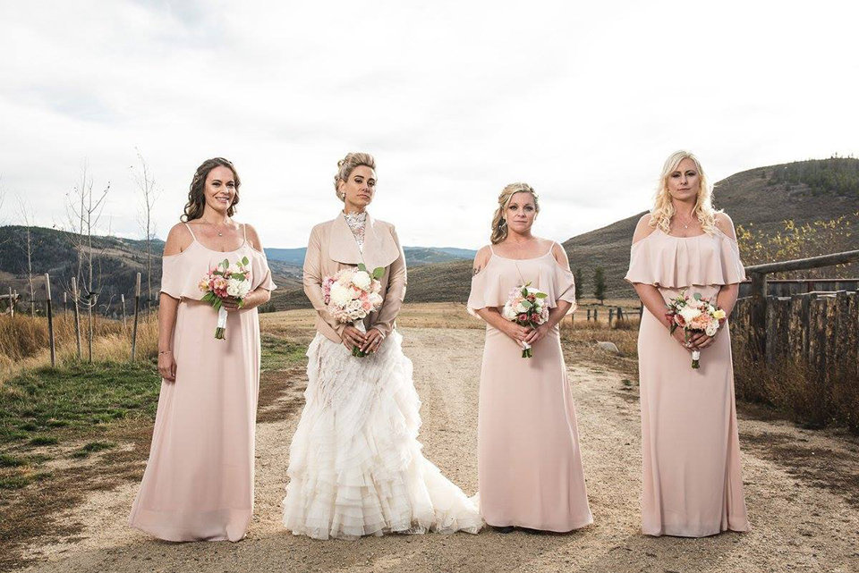 Granby-colorado-strawberry-creek-ranch-hipster-mountain-wedding-bride-and-bridesmaids