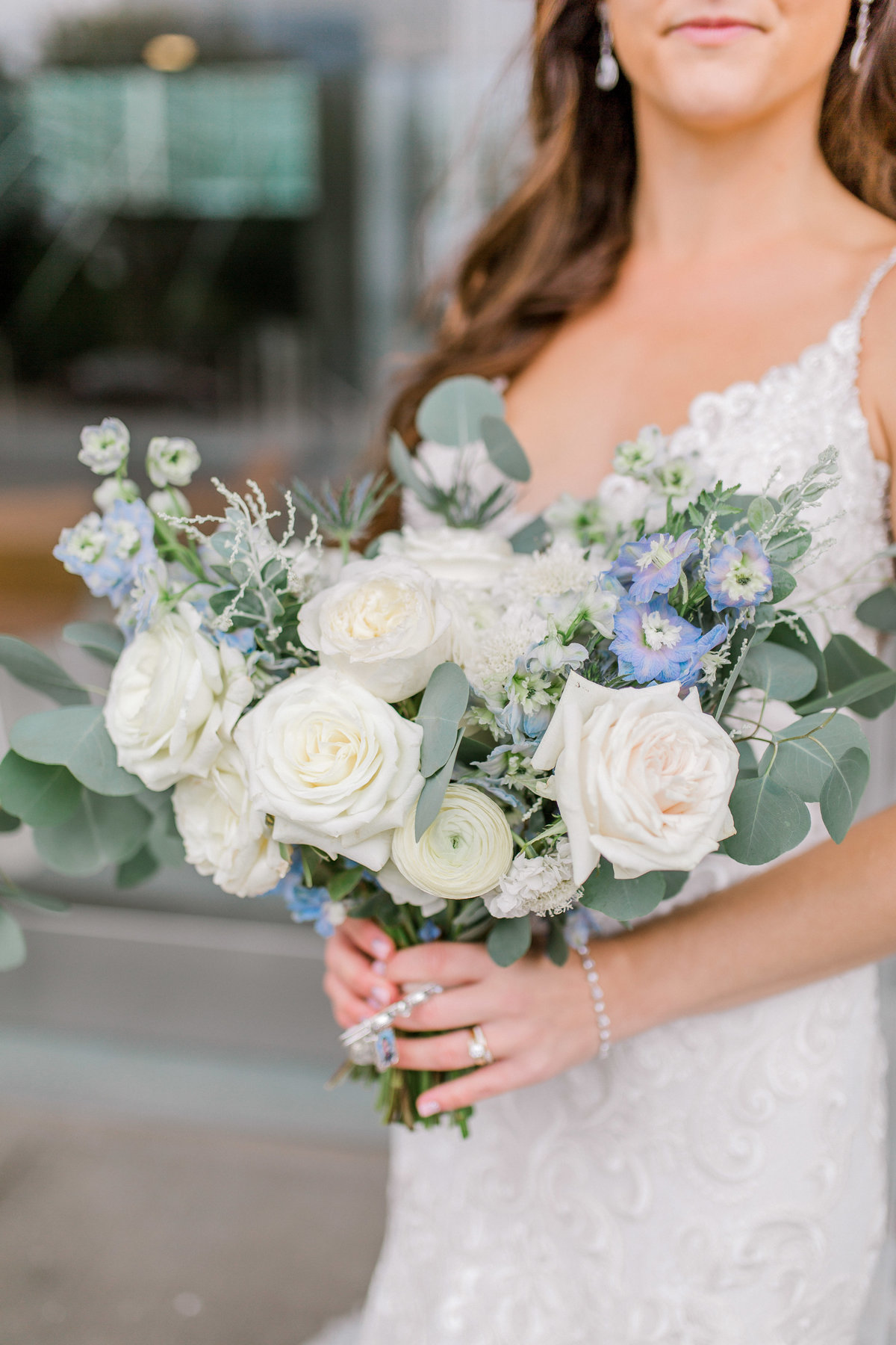 omaha wedding planner and florist downtown Slowdown wedding blue and white by Lindsay Elizabeth Events115