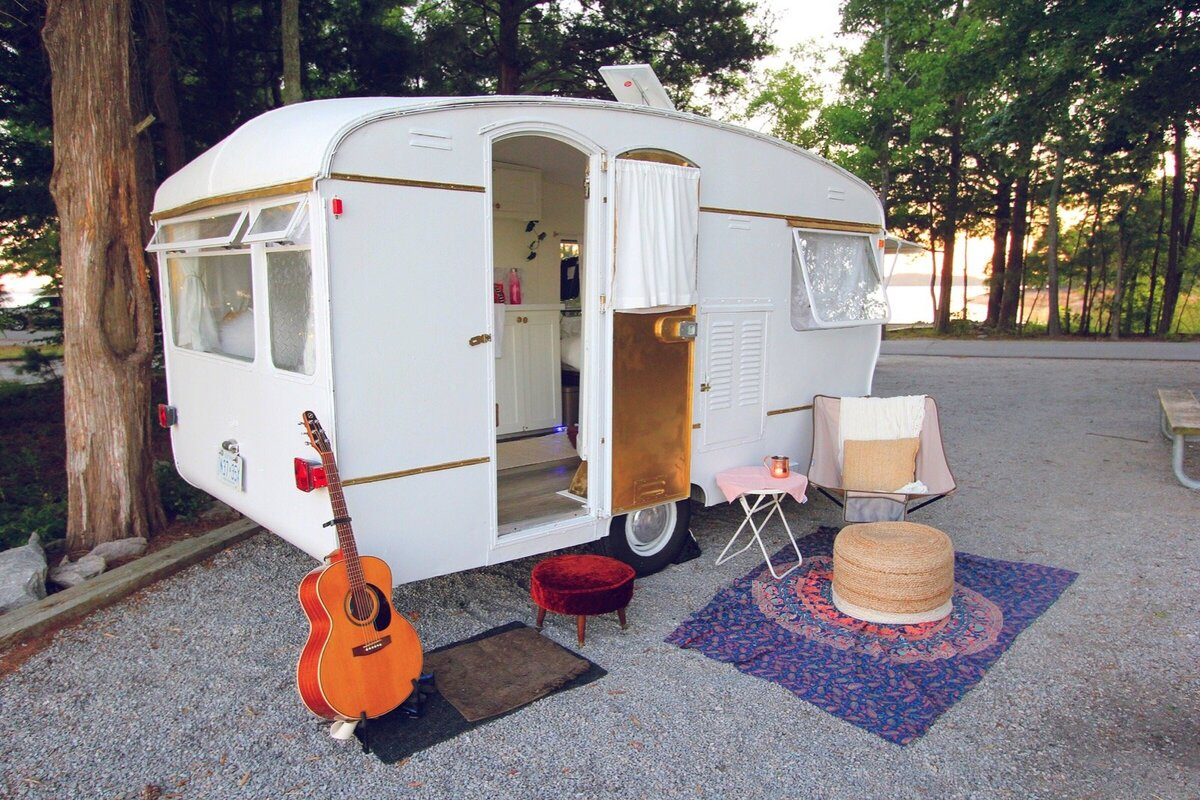 vintage-camper-classic-white-gold-reno-inspirations-ideas-boho-gypsy-hippy-pearl-musician-singer-songwriter-interior24