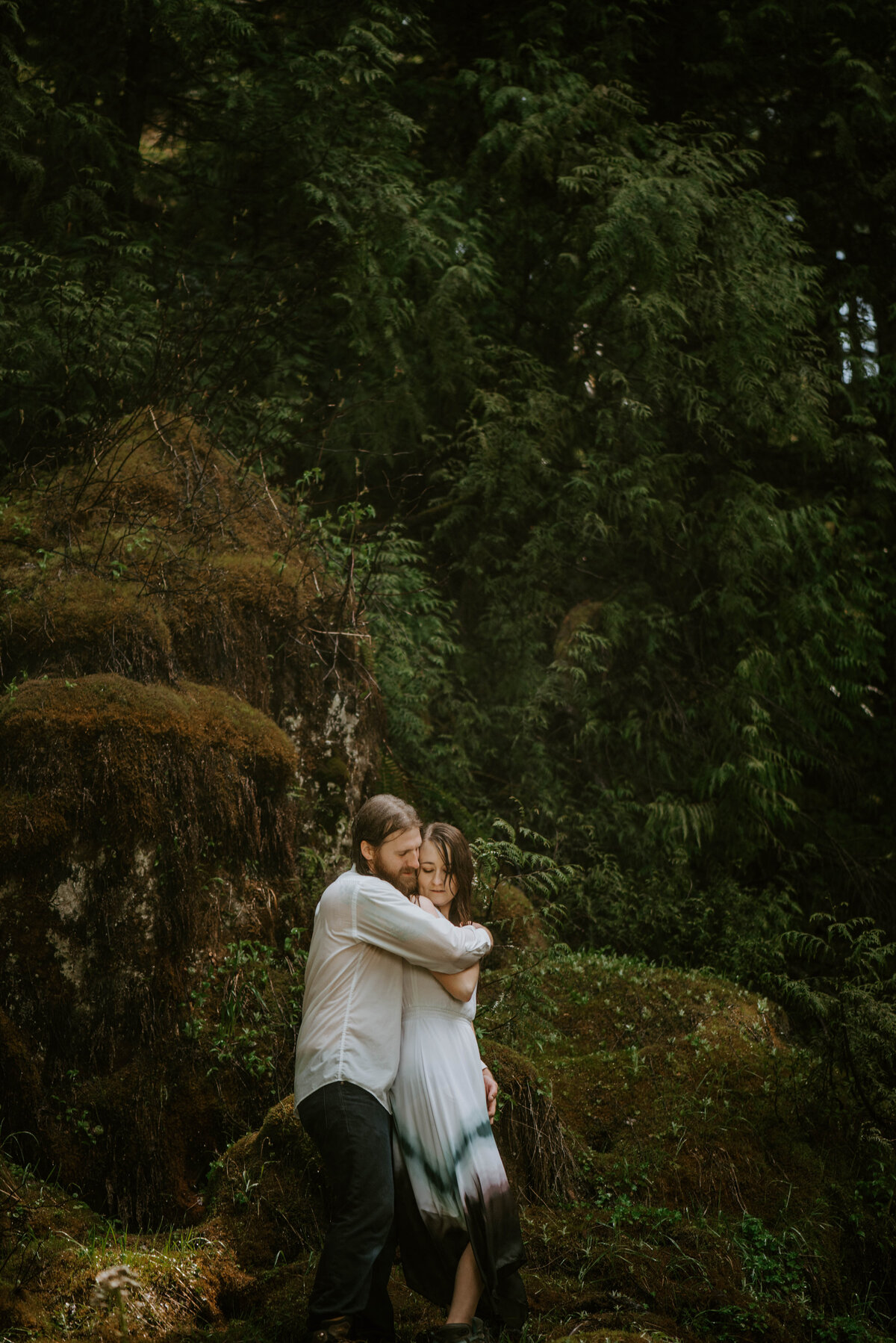 sahalie-falls-summer-oregon-photoshoot-adventure-photographer-bend-couple-forest-outfits-elopement-wedding8512