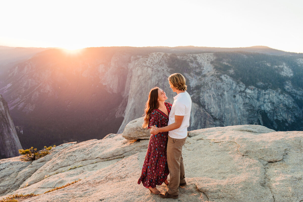 taft-point-engagement-photos-in-yosemite-13
