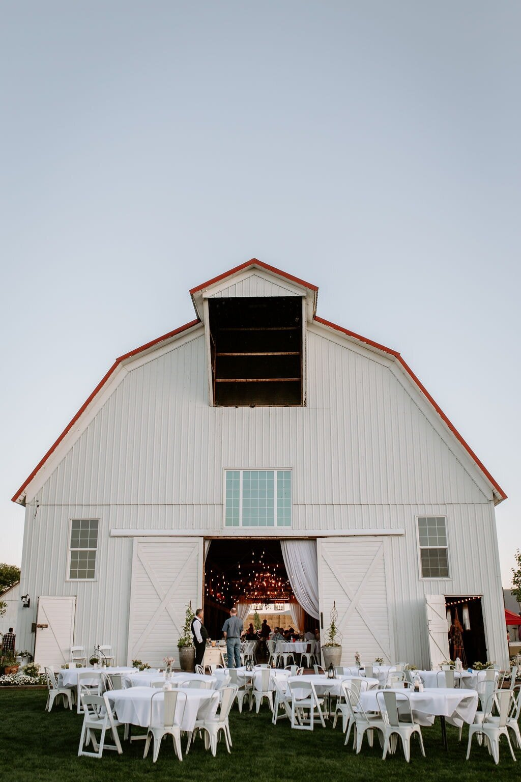 Lindsey-Jared-Oregon-Barn-Wedding9850