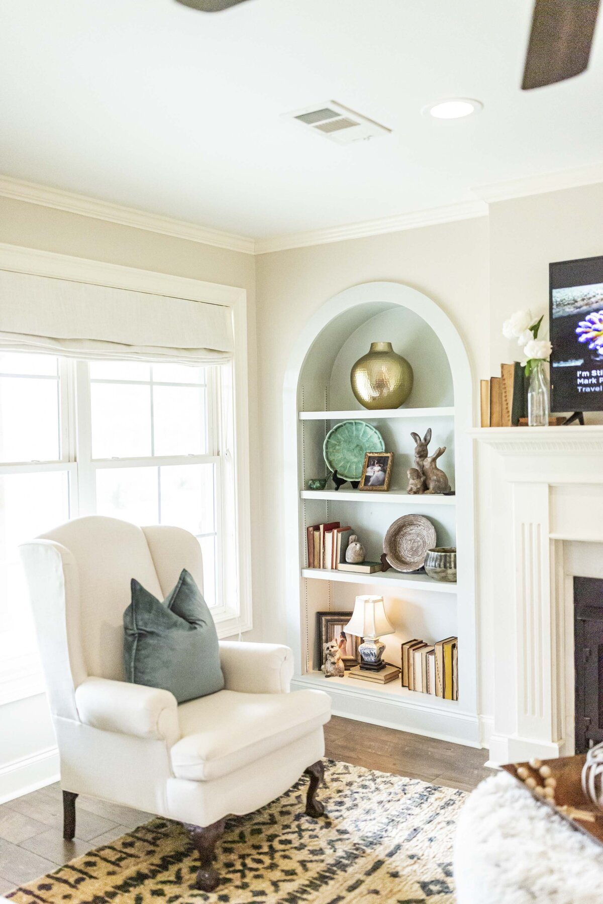 arched-bookshelf-builtins-living-room-moda1