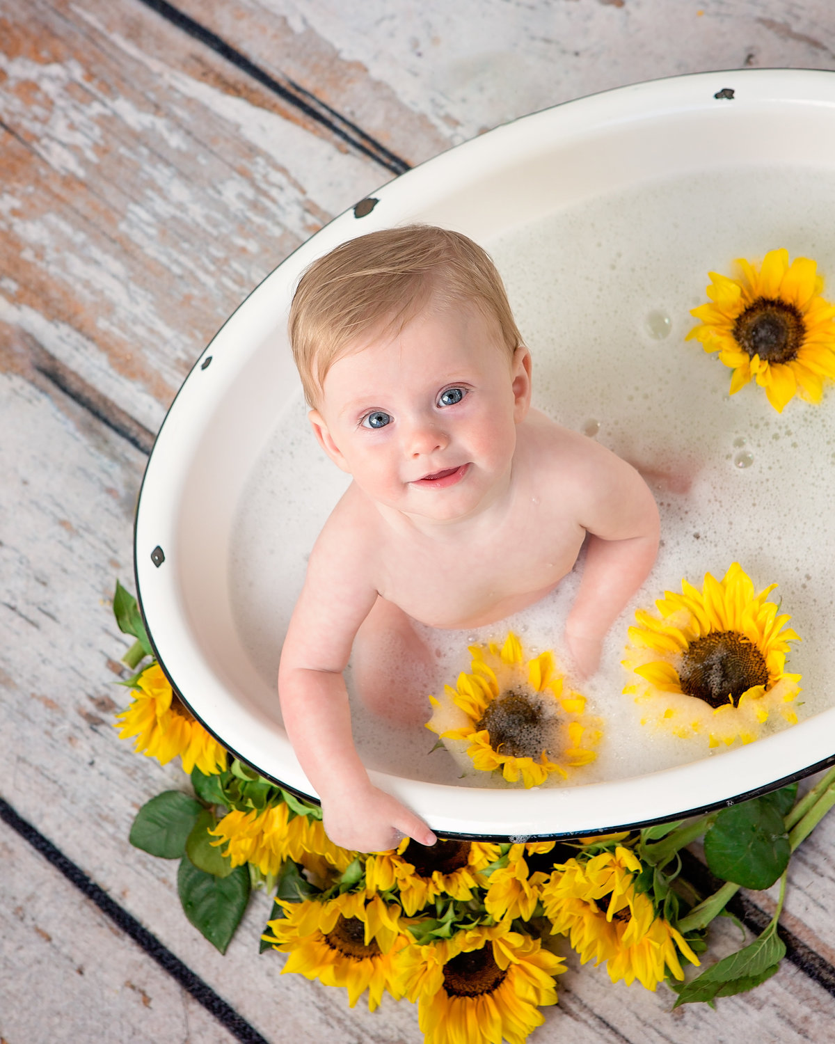 blue-eyed-baby-sitting-in-antique-bubble-bath-sunflowers-5F0A4766
