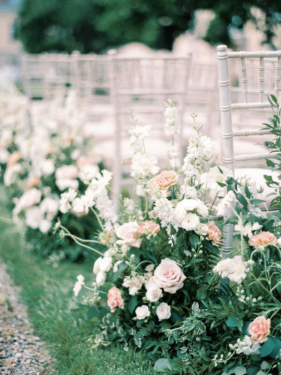 garden inspired aislemarkers with blush and white flowers