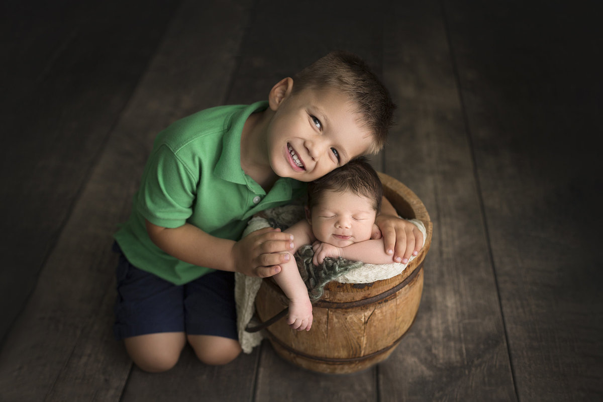 columbus-ohio-best-newborn-photographer-brothers-siblings-big-brother-little-brother