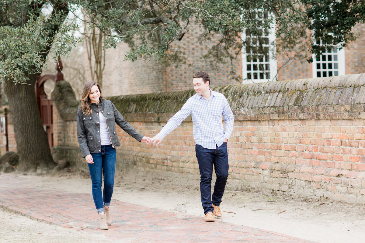 29_cozy_colonial_williamsburg_virginia_engagement_session