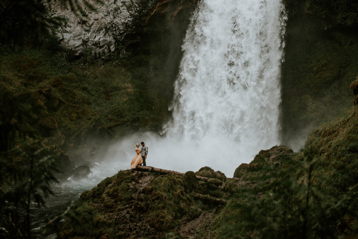 sahalie-falls-oregon-engagement-elopement-photographer-central-waterfall-bend-forest-old-growth-7306
