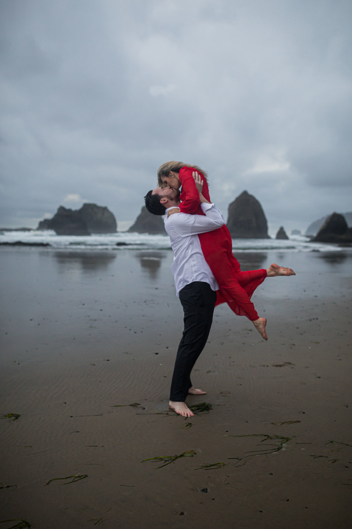 Oregon-oceanside-elopement-couples-photography-session-beach_(19_of_27)