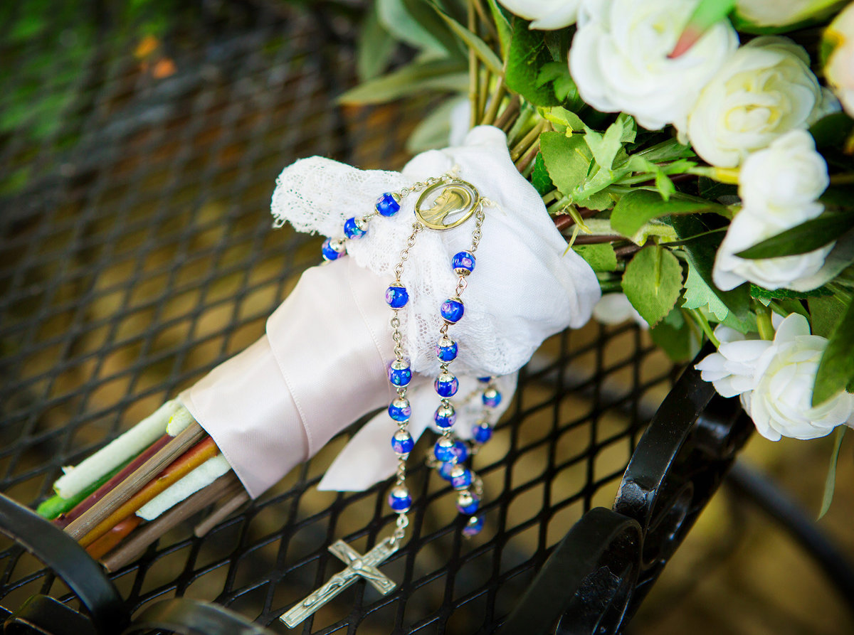rosary-on-wedding-bouquet