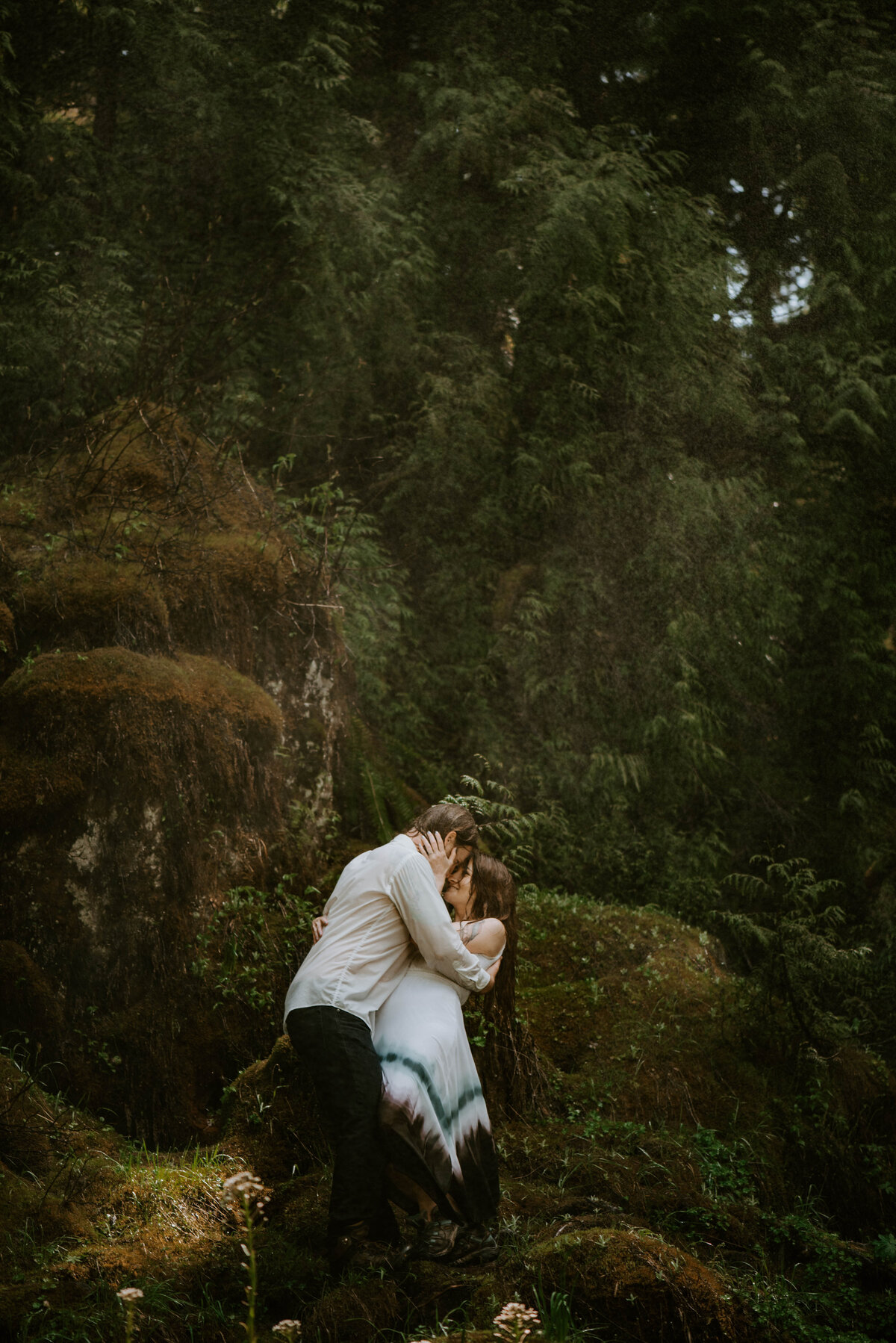 sahalie-falls-summer-oregon-photoshoot-adventure-photographer-bend-couple-forest-outfits-elopement-wedding8498
