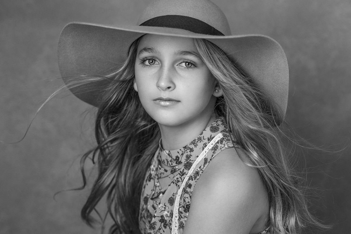 children-portrait-girls-blackandwhite-hat