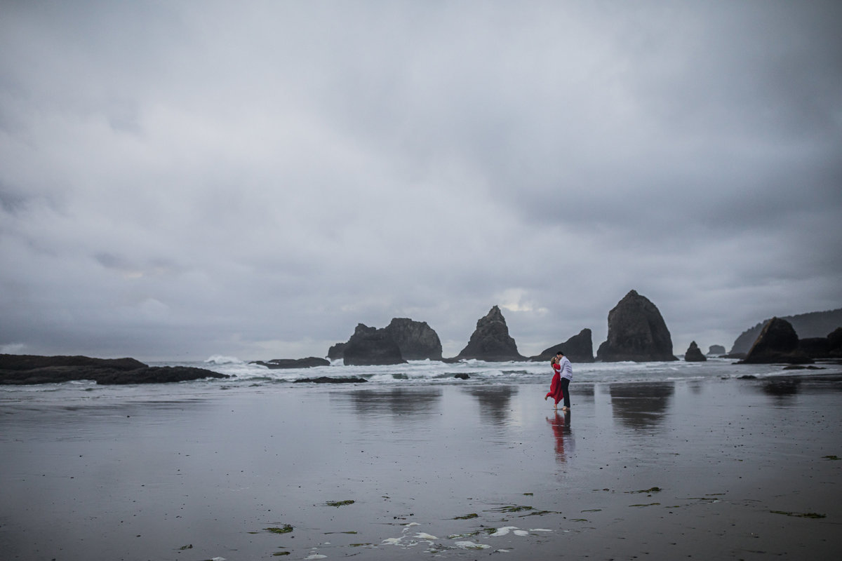Oregon-oceanside-elopement-couples-photography-session-beach_(10_of_27)