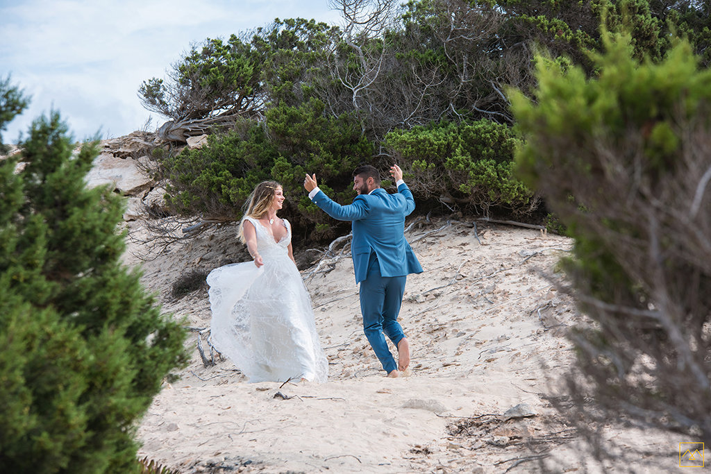 Amedezal-wedding-photographe-mariage-lyon-inspiration-Formentera-robe-Gervy-surmon31-alliances-Antipodes-MonTrucenBulle-PauletteDerive-couple-danse-joie