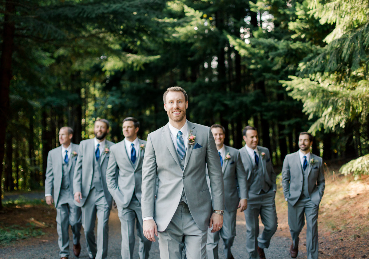 columbia river gorge wedding party in pines