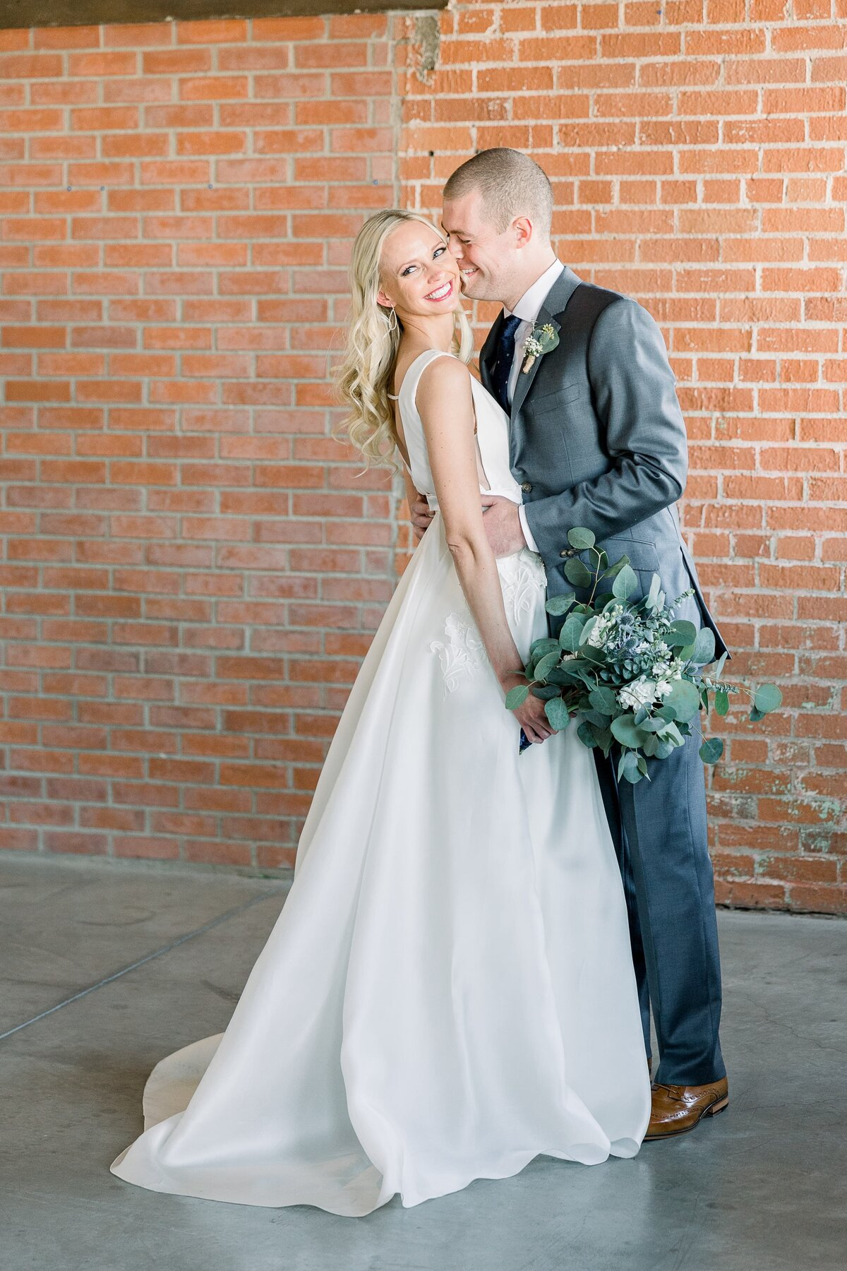 Warehouse-215-wedding-by-Leslie-Ann-Photography-00031