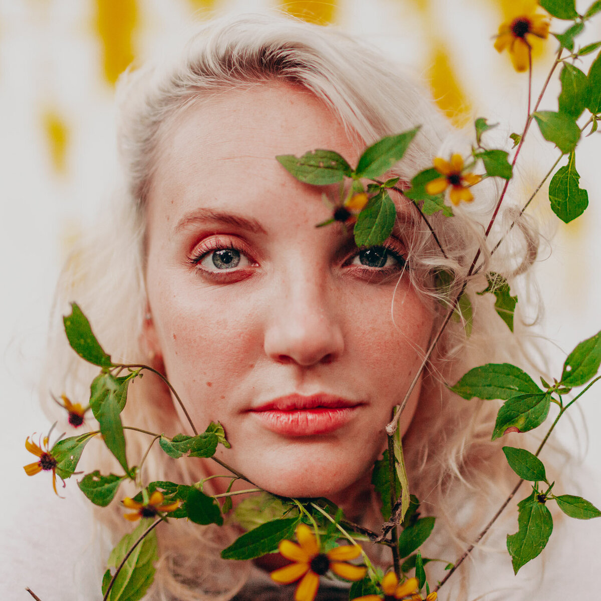 nashville-portrait-photographer-daisy-yellow-flower