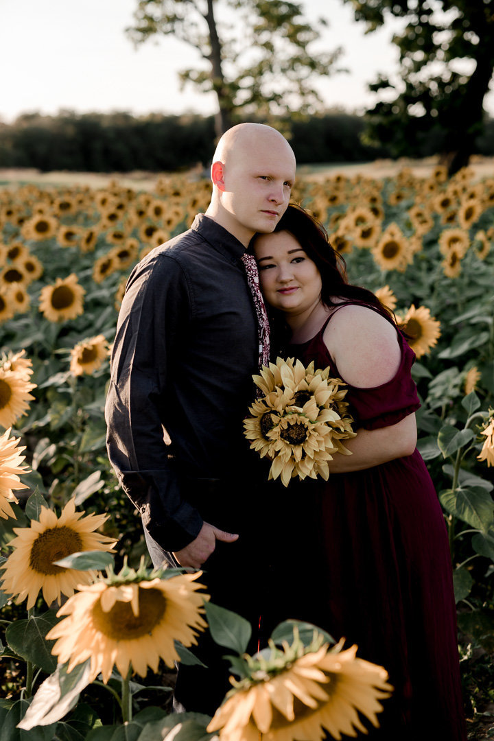 Engagement session in the sunflower field0005