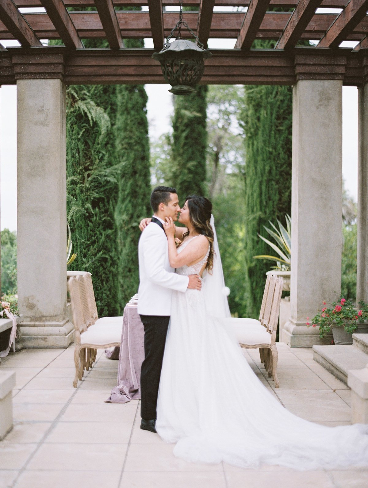 daniel-and-bethany-weddings-couple-kiss