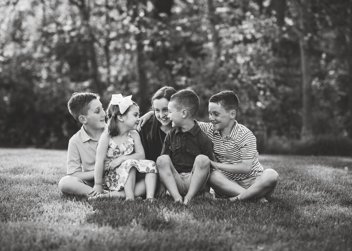 Des-Moines-Iowa-Family-Photographer-Theresa-Schumacher-Photography-outdoor-nature-backyard-siblings
