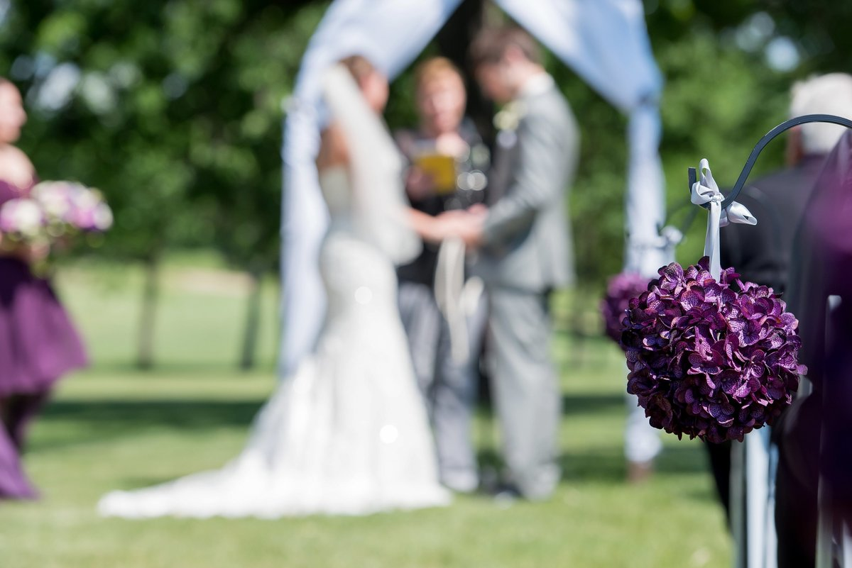 Outdoor weddings at the oxbow country club near Fargo. Photography by www.kriskandel.com