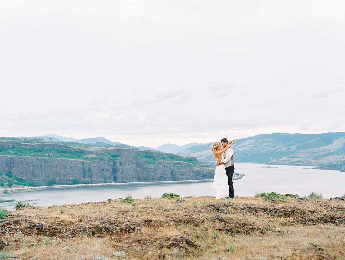 33-columbia-river-gorge-engagement-session