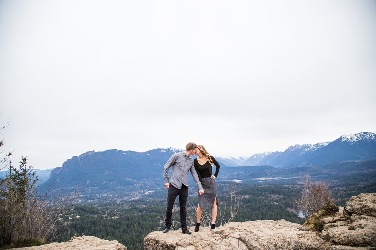Rattlesnake-Ledge-adventure-engagement-portraits