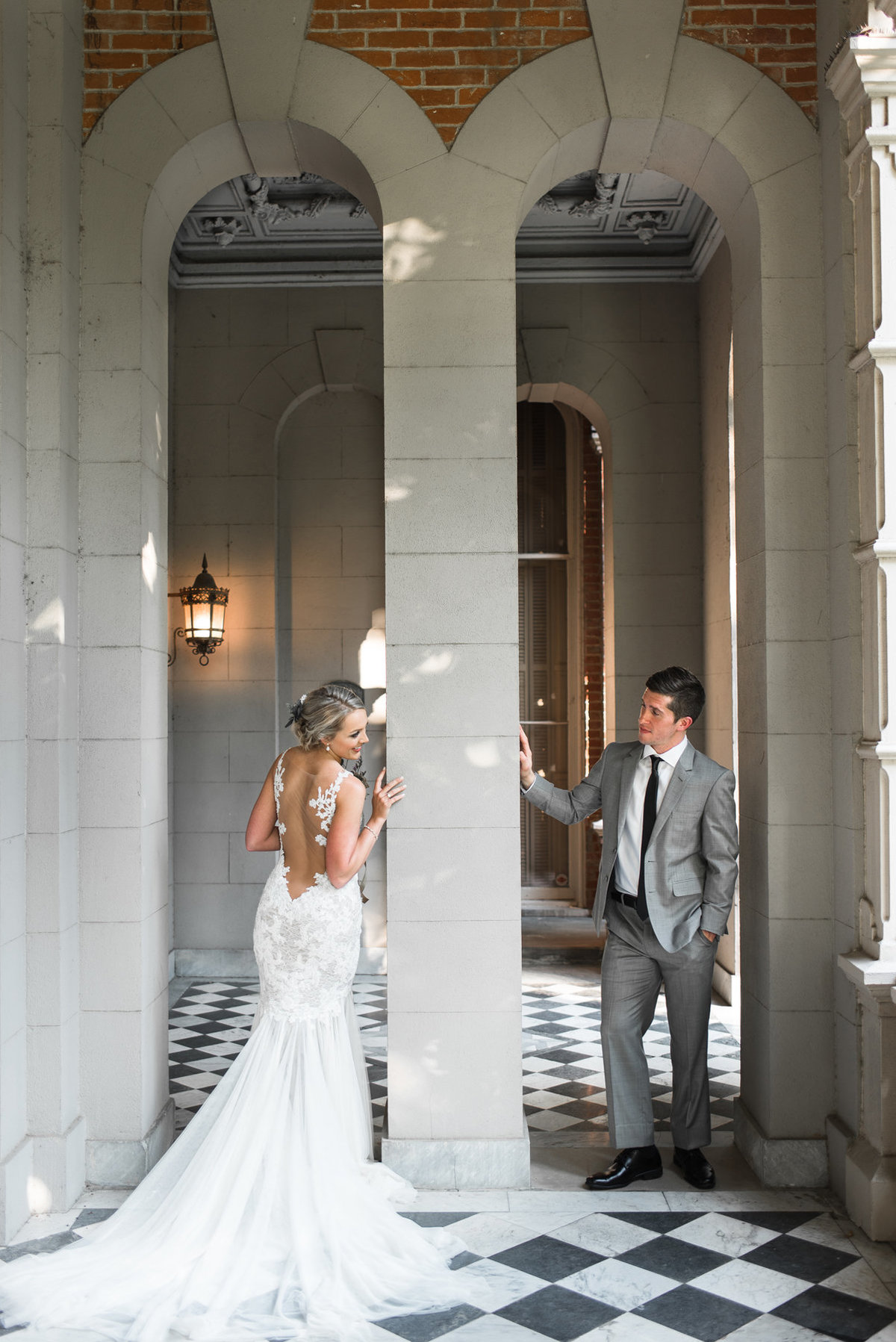 bride and groom at woodruff fontaine house arches