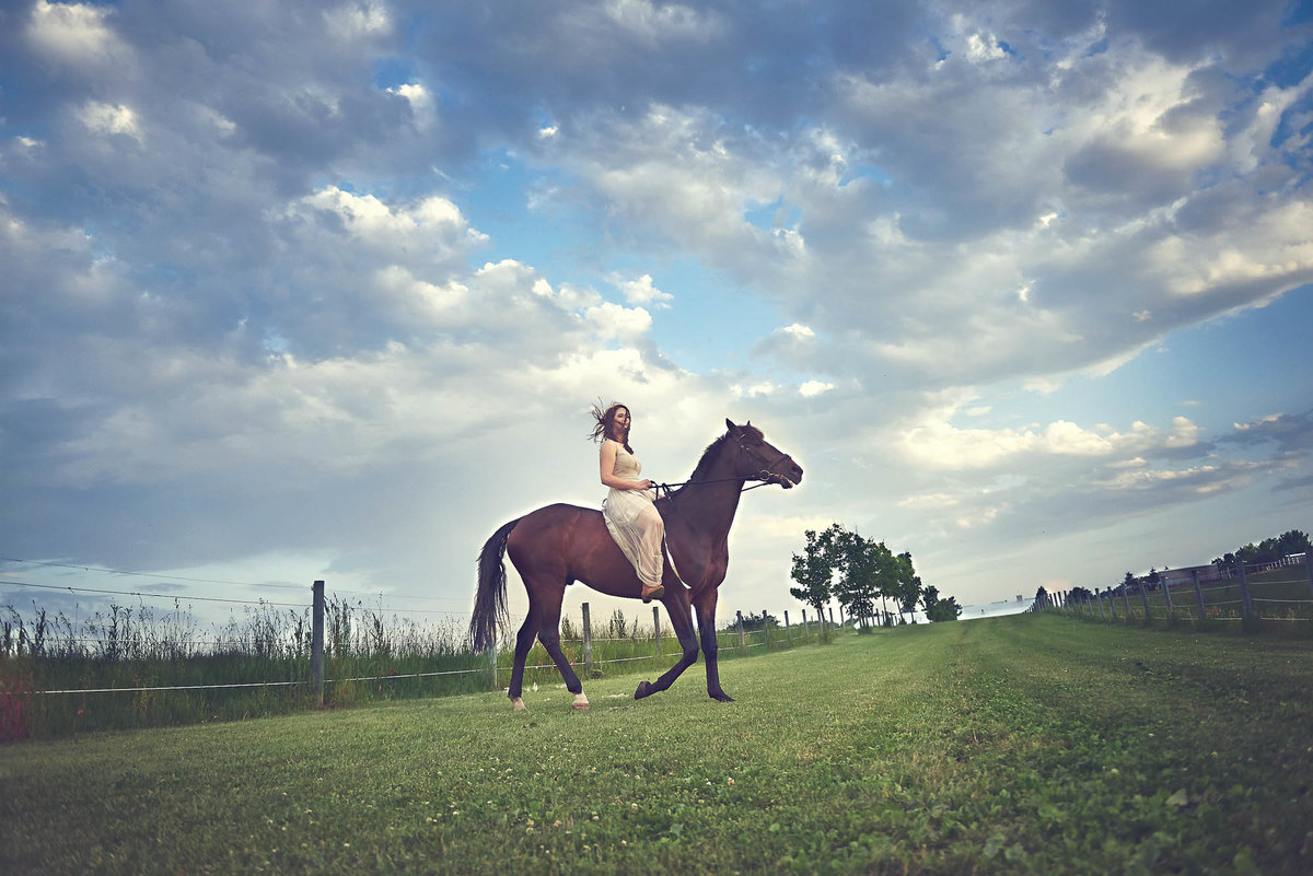 epic skyline senior portraist on a horse in midwest