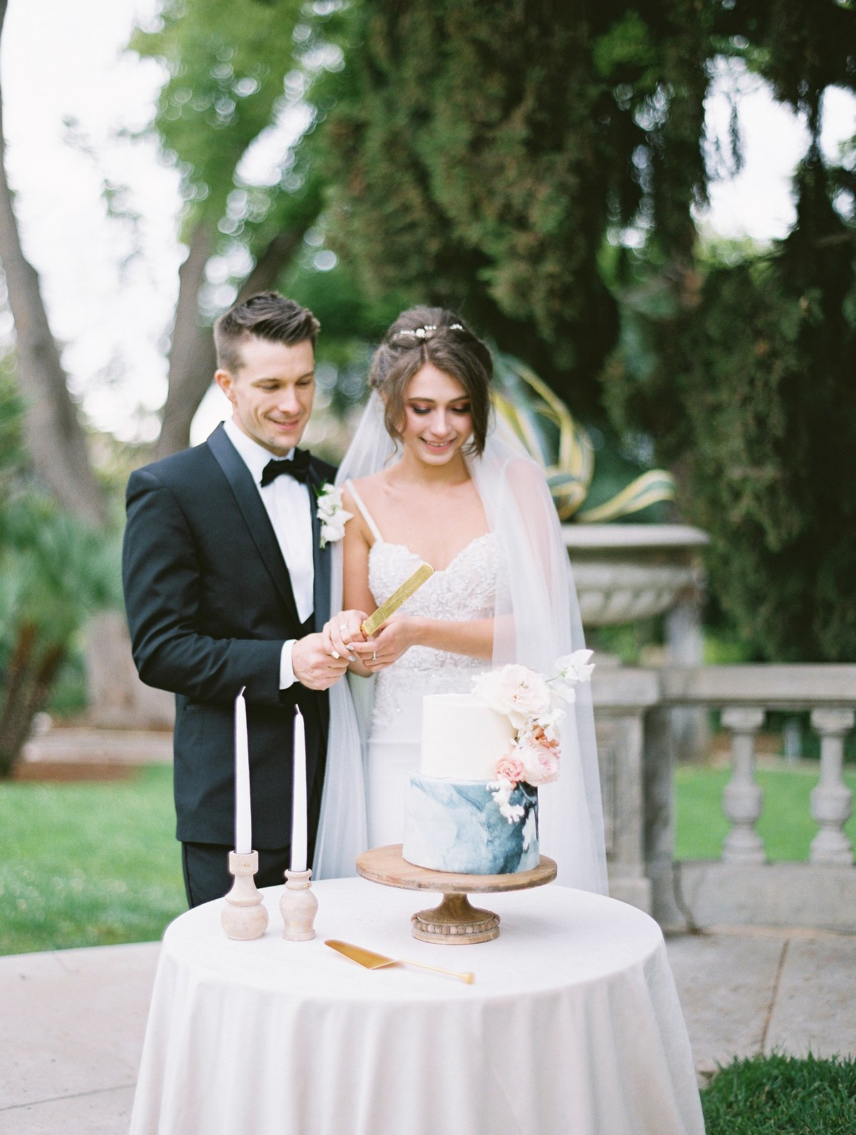 daniel-and-bethany-weddings-couple-with-cake