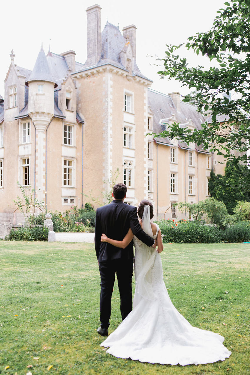 Photo de couple. Mariage  au Chateau St Julien l'Ars