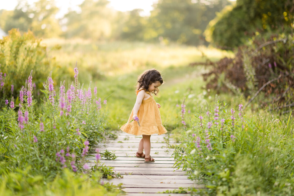 Boston-family-photographer-bella-wang-photography-Lifestyle-session-outdoor-wildflower-11