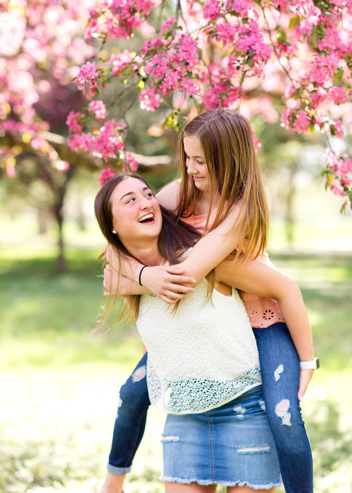 Des-Moines-Iowa-Family-Photographer-Theresa-Schumacher-Photography-Spring-Sisters-Laughing