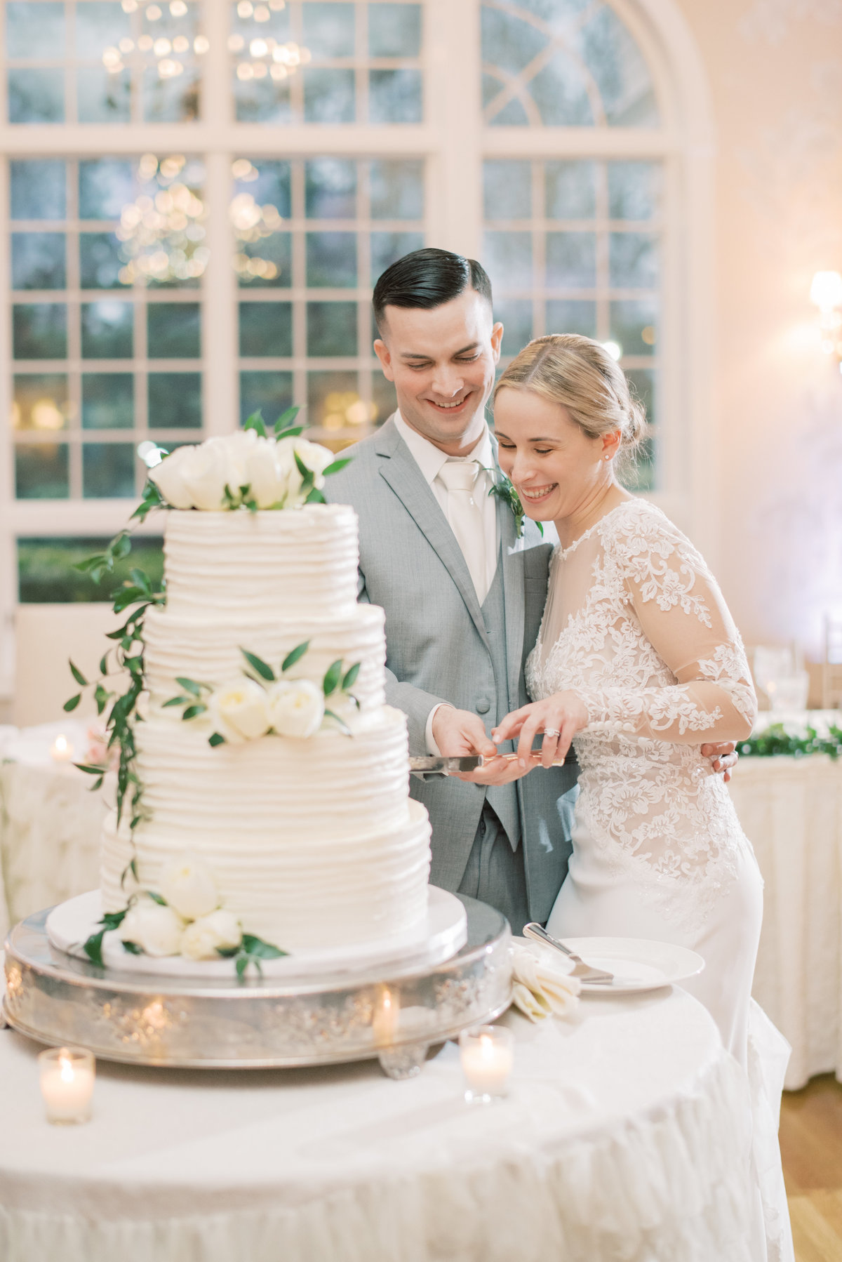 bright-candid-cake-cutting-wedding-photography