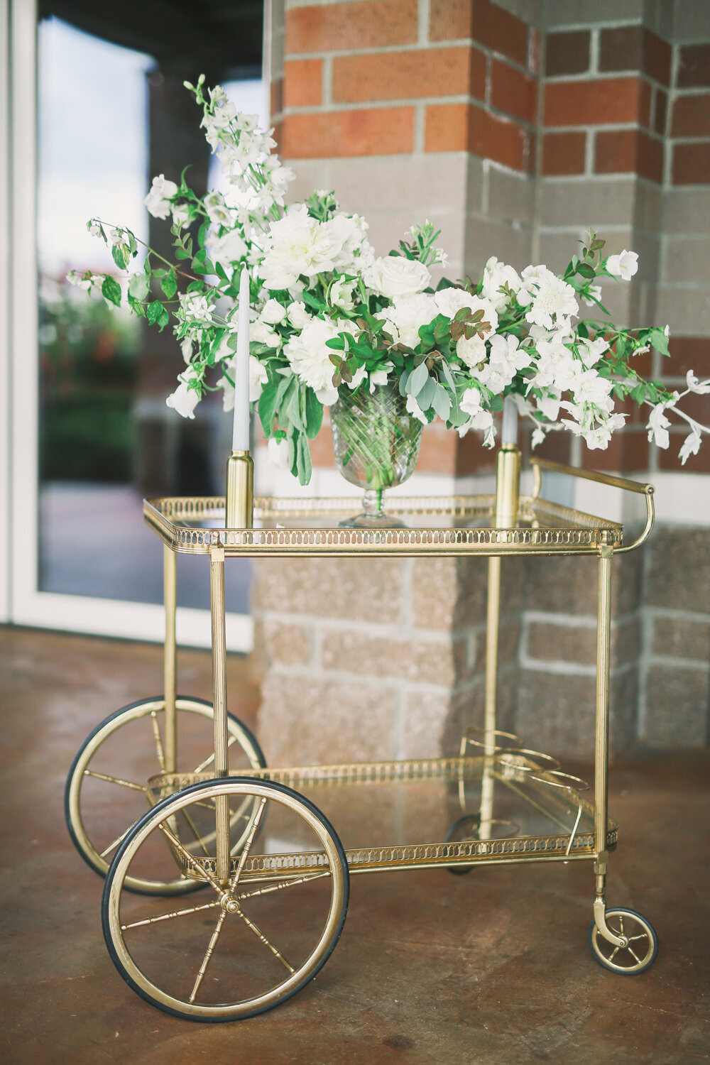 Kirkland-washington-wedding-planner-leigh-and-mitchell-waterfront-wedding-bar-cart-florals