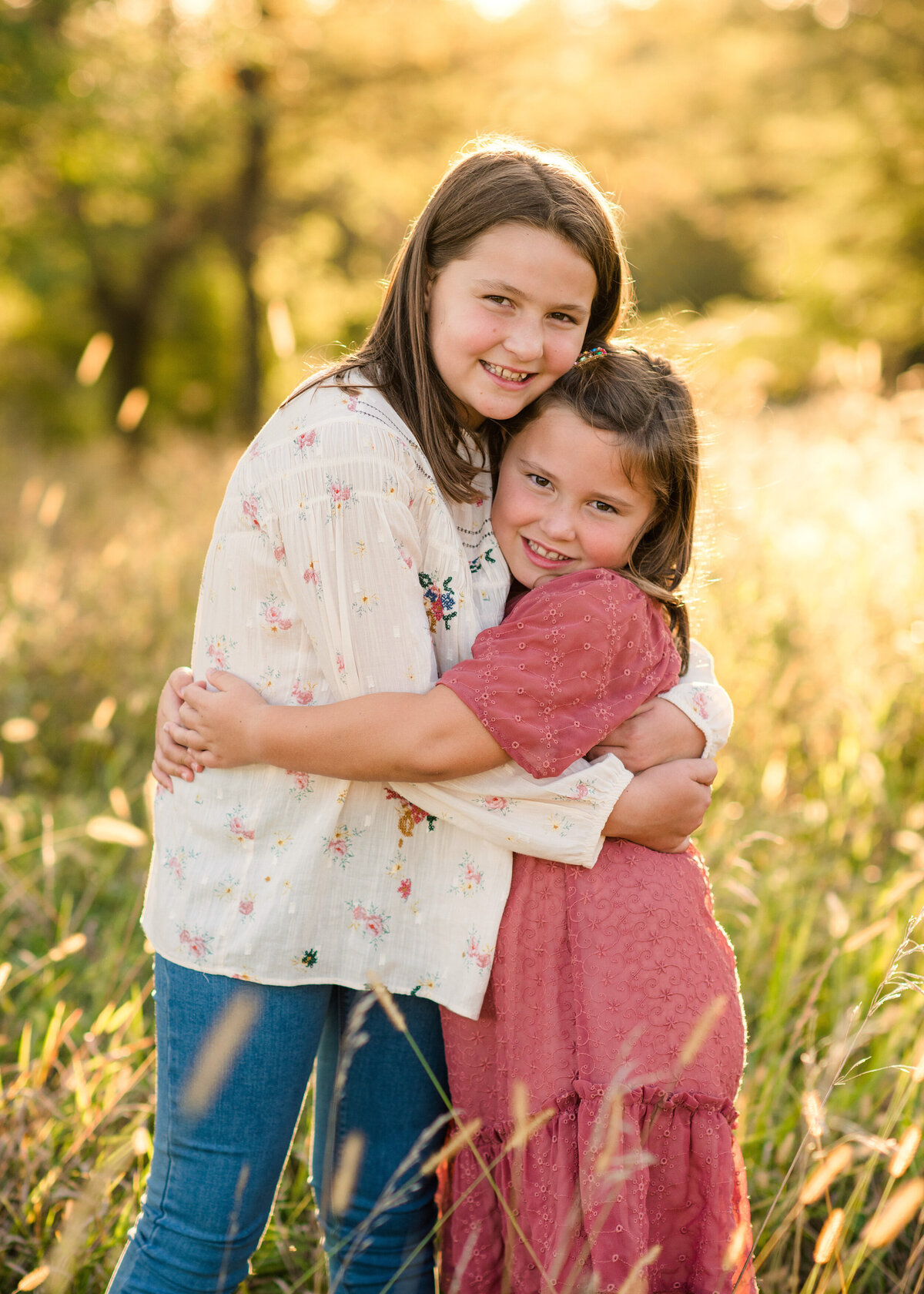 Des-Moines-Iowa-Family-Photographer-Theresa-Schumacher-Photography-Golden-Hour-Grass-Sisters-Hugging