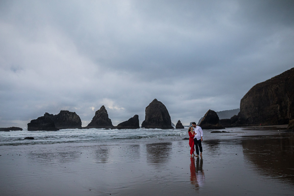 Oregon-oceanside-elopement-couples-photography-session-beach_(8_of_27)