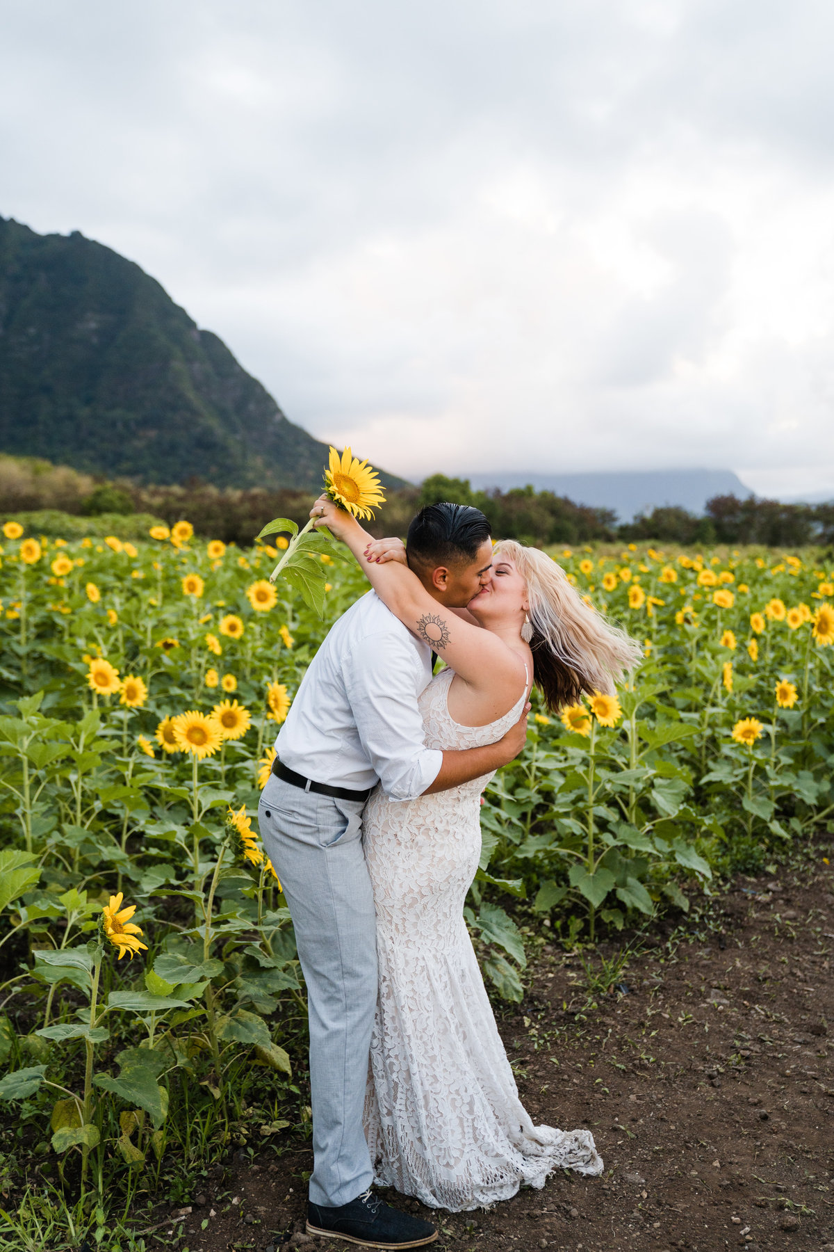 sunflower-field-waimanalo-hawaii-elopement-1