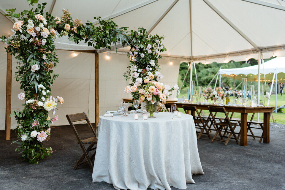 Catskills-Wedding-Planner-Foxfire-Mountain-House-Wedding-Canvas-Weddings-sweetheart-table-2