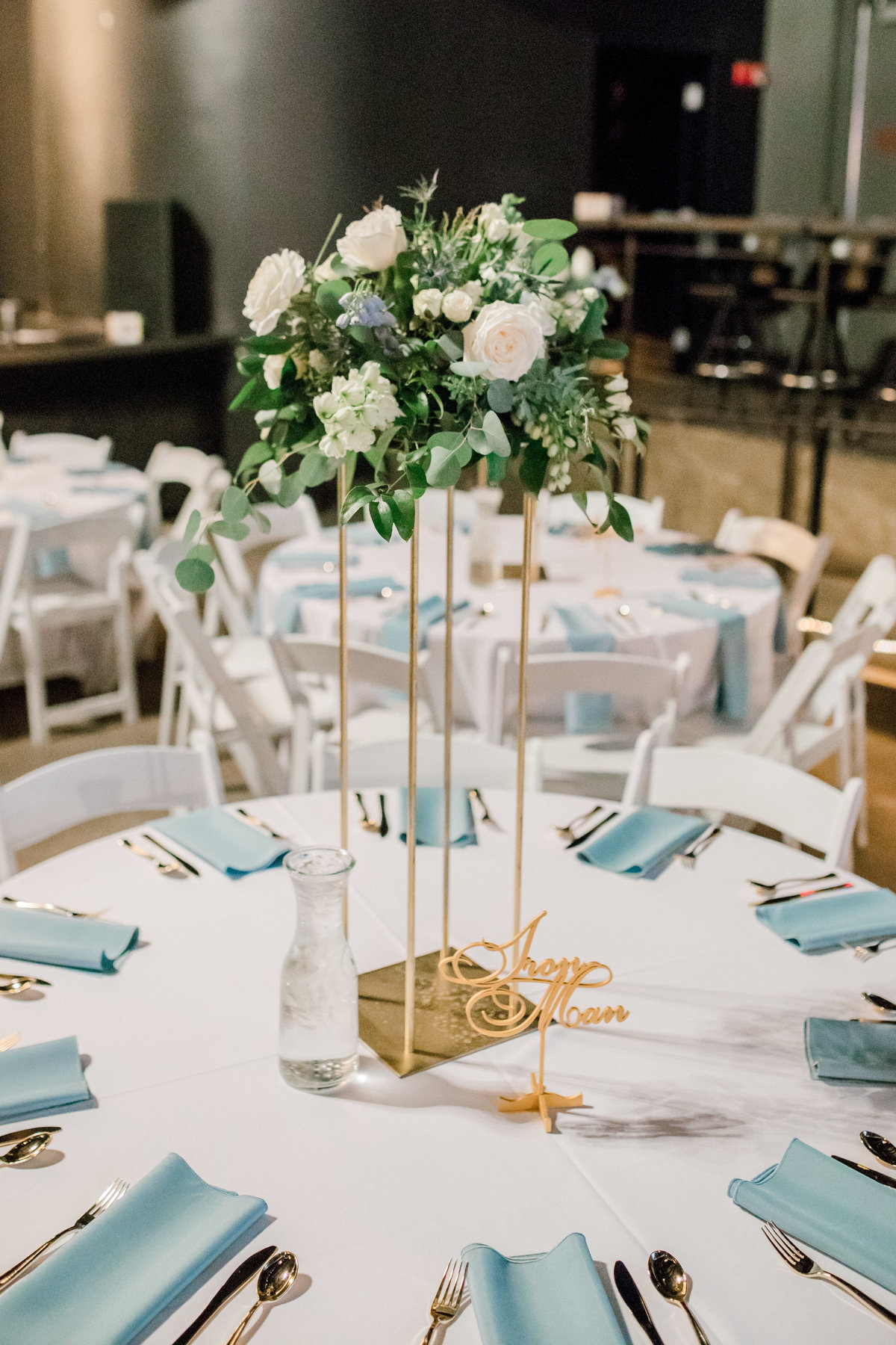 omaha wedding planner and florist downtown Slowdown wedding blue and white by Lindsay Elizabeth Events31