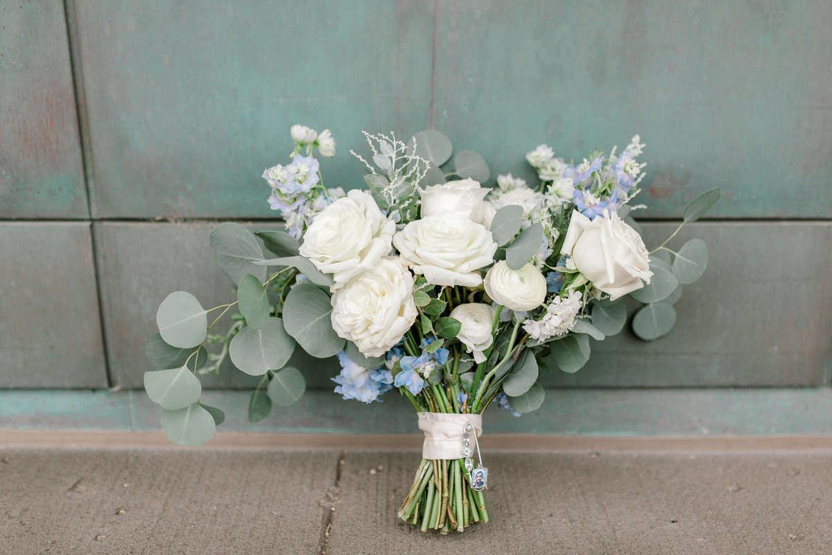 omaha wedding planner and florist downtown Slowdown wedding blue and white by Lindsay Elizabeth Events140