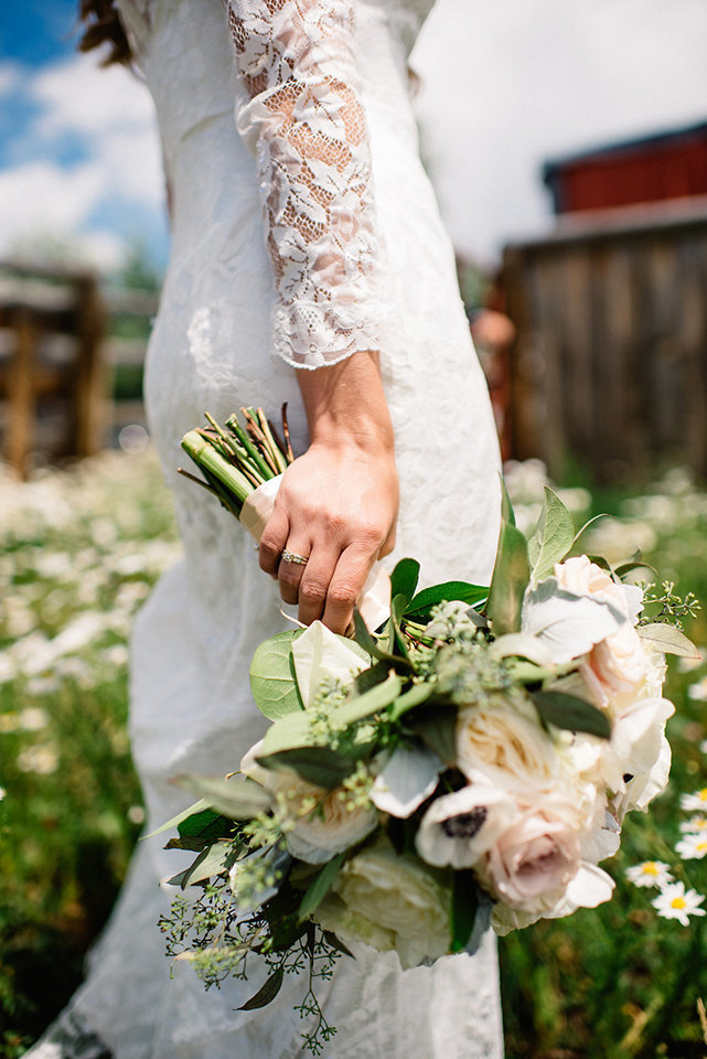 Strawberry-Creek-Ranch-Modern-Minimalist-Outdoor-wedding-in-Granby-Colorado-Bouquet