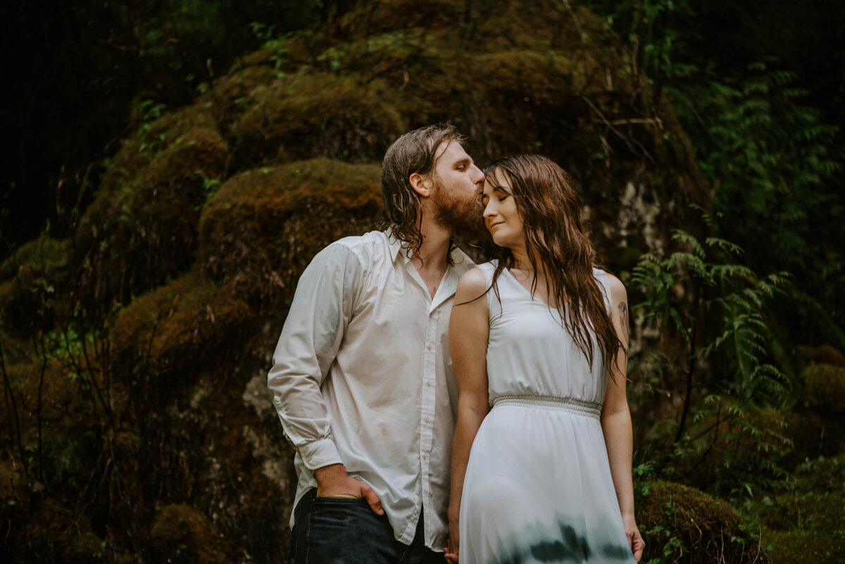 sahalie-falls-summer-oregon-photoshoot-adventure-photographer-bend-couple-forest-outfits-elopement-wedding8550